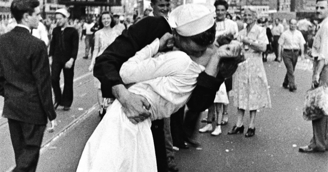 Navy WWII sailor kissing nurse in iconic photo dead at the age of 95