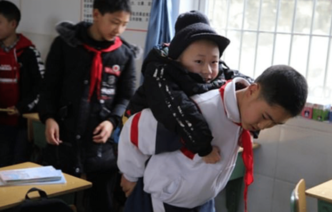 12-year-old boy carries his disabled friend to school on his back every day for six years